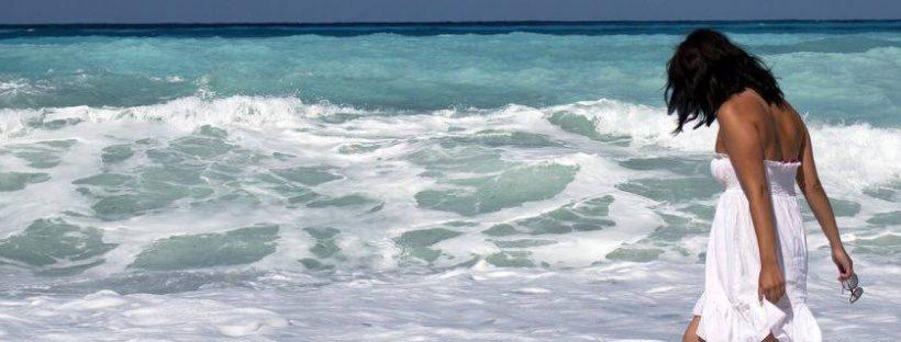Utazásfüggő nő-tengerpart