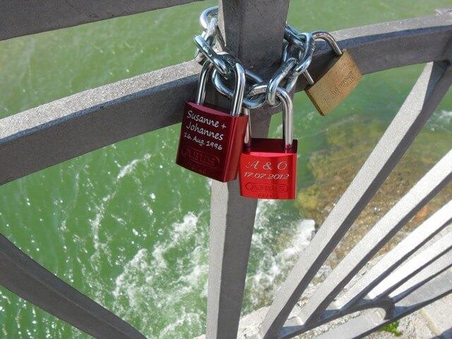 Lakatok az Isar folyó hídján
