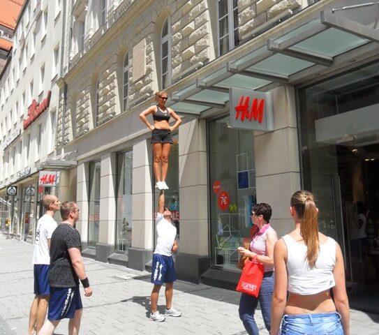 Utcai mutatványosok München utcáin